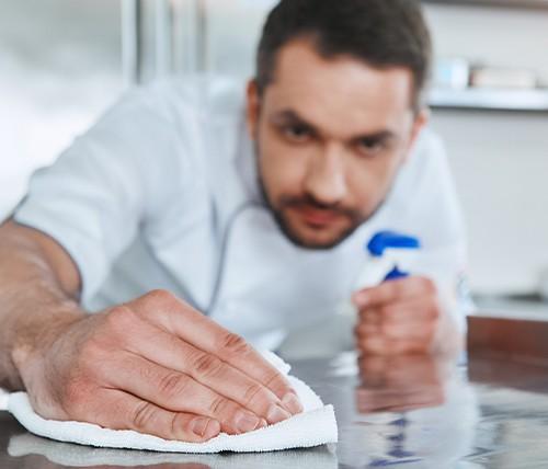 l'importanza di detergere e disinfettare le superfici con il prodotto giusto